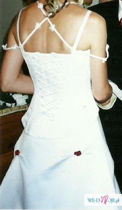 Urocza suknia zdobiona różami