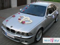 Wspaniała dekoracja ślubna na samochód ze storczykami