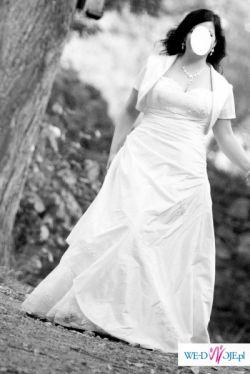 wyszczuplająca, biała sukienka z dodatkami