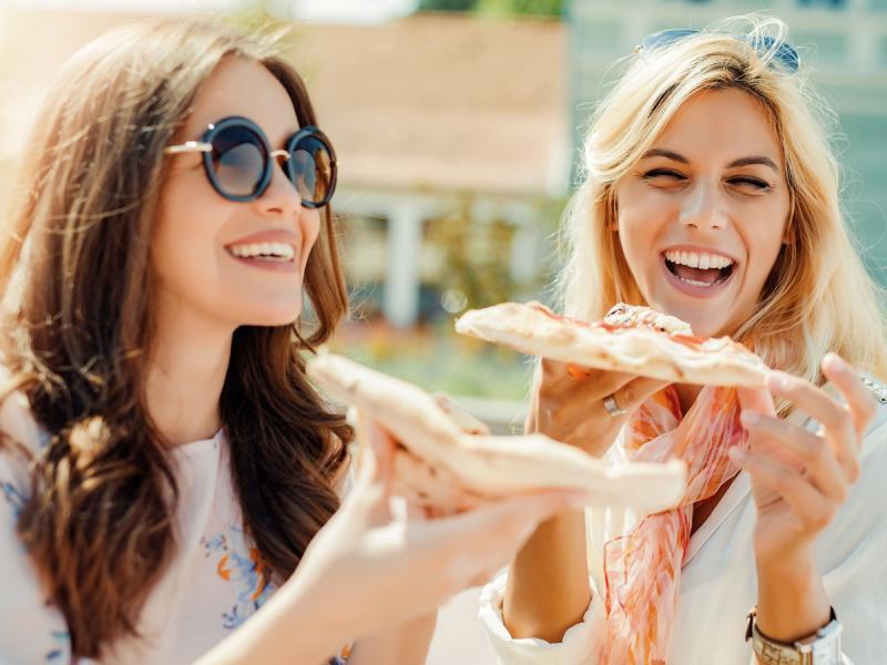 Dziewczyny jedzące pizzę