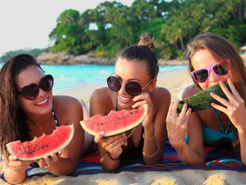 Dziewczyny jedzące arbuza