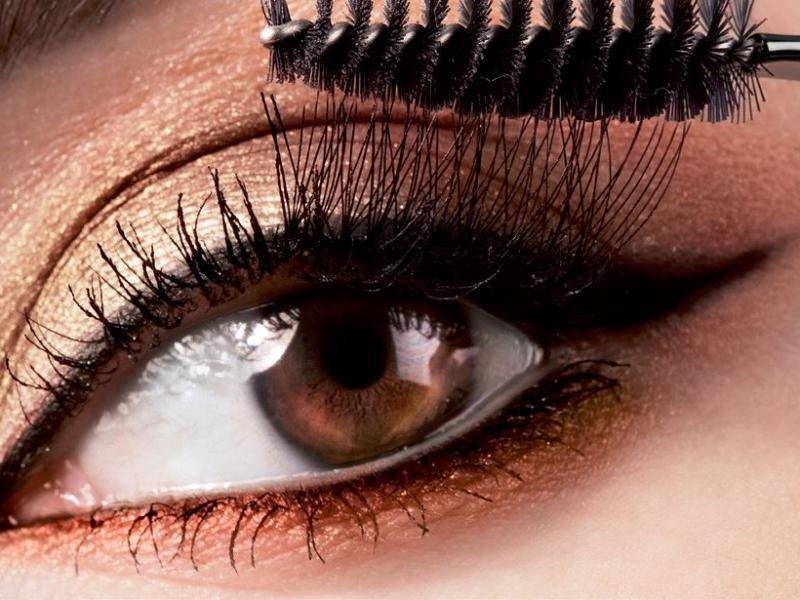 8 hipoalergicznych produktów do makijażu wrażliwych oczu