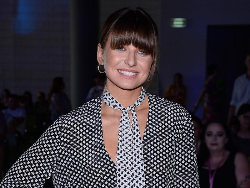 Anna Lewandowska w sztruksowej spódnicy