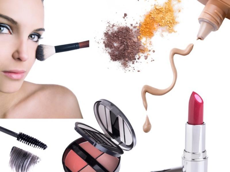 Odpowiednio dobrane kosmetyki pomogą zatuszować skutki przeziębienia/ fot. Fotolia