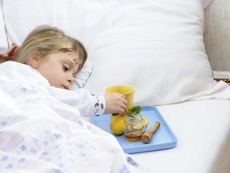 Niedyspozycja żołądkowa u malucha może oznaczać niestrawność, alergię pokarmową, infekcję bakteryjną lub zakażenie wirusem Rota. Jak nie wpaść w panikę gdy nasza pociecha podczas wakacji ma problemy z brzuszkiem?