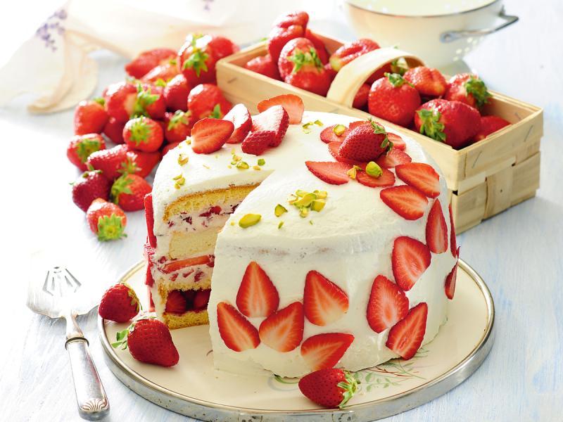 Biszkoptowy tort z truskawkami