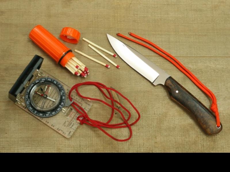 Nóż, zapałki, kompas/fot. Fotolia