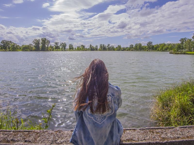 Znalezione obrazy dla zapytania: kbieta nad jeziorem