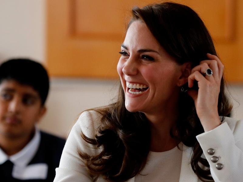 Ciężarna księżna Kate w casualowej stylizacji, którą może stworzyć każda z was. Widać już ciążowy brzuszek?