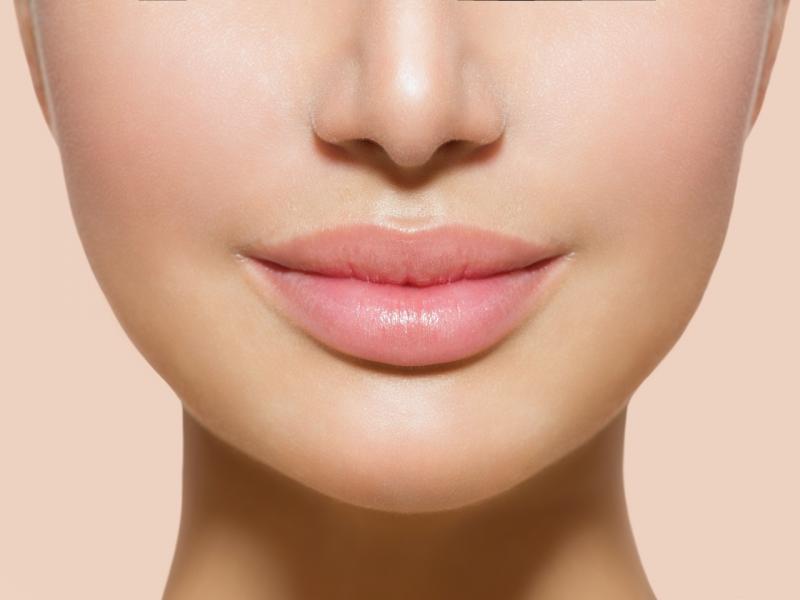 """""""Cudo! Usta wyglądają na pełniejsze"""" - piszą internautki. Ta pomadka to HIT promocji w Rossmannie!"""