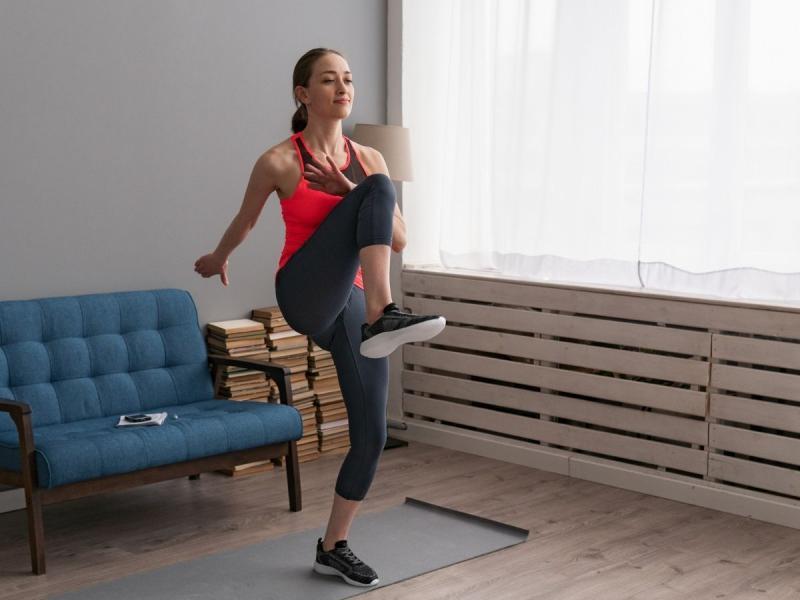 ćwiczenia na brzuch na stojąco high knees