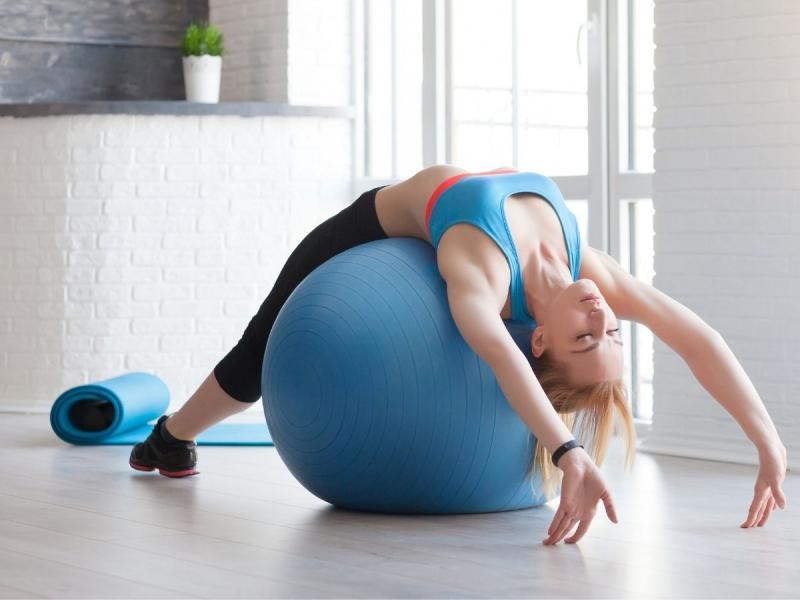 ćwiczenia na kręgosłup piersiowy na piłce