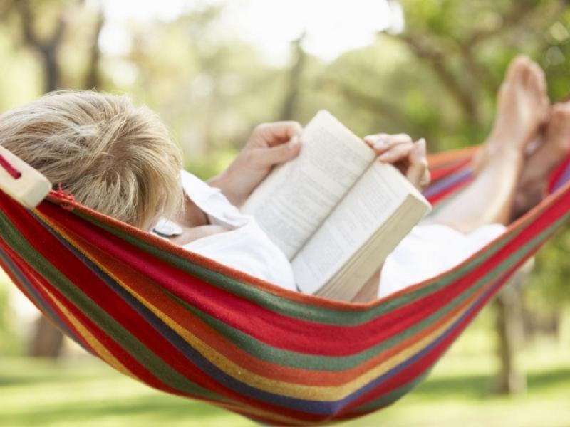 Cztery książki, które warto zabrać ze sobą na majówkę.