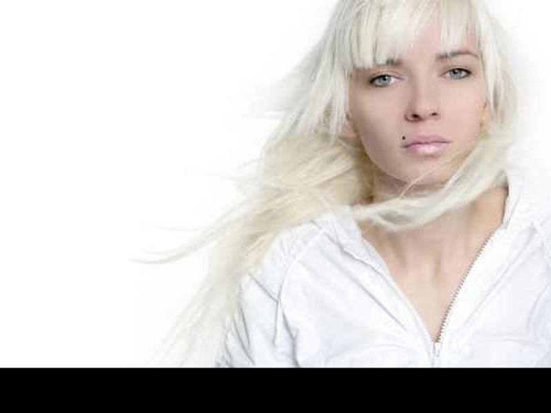 Czy farba działa na tlenionych włosach?