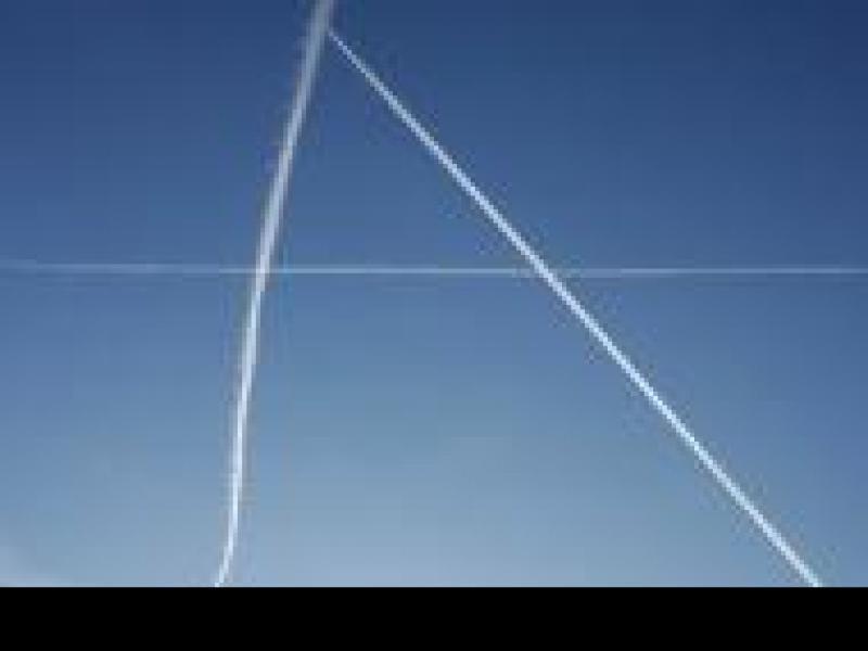 Czy wiesz dlaczego samolot zostawia na niebie białą smugę?