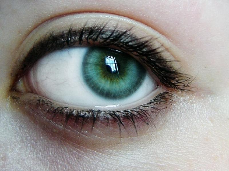 Czy wiesz jak dbać o skórę wokół oczu i wybrać odpowiedni krem?