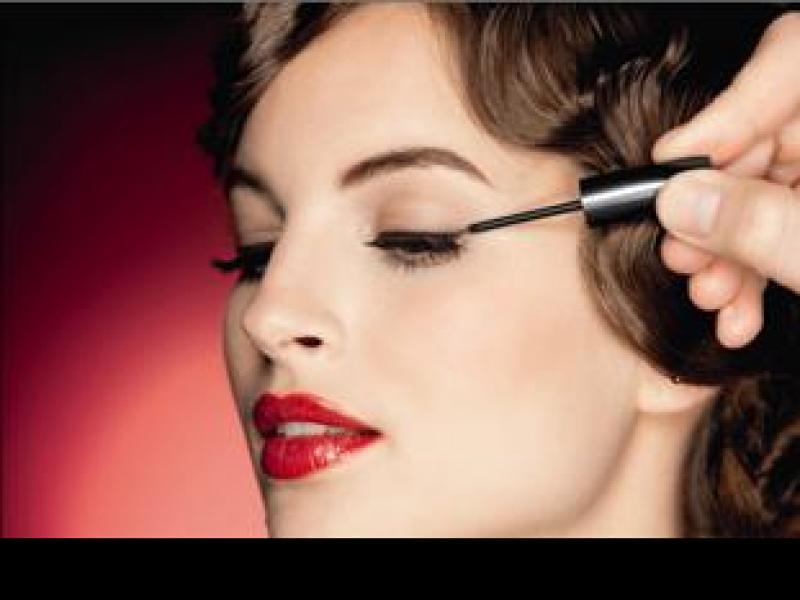 Czy wiesz jak namalować prostą kreskę eyelinerem?