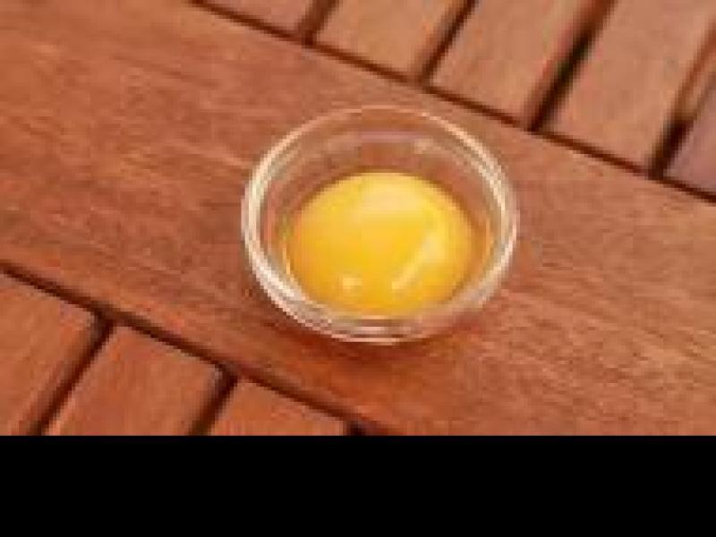 Czy wiesz jak przygotować szybką kurację żółtkową odżywiającą włosy?
