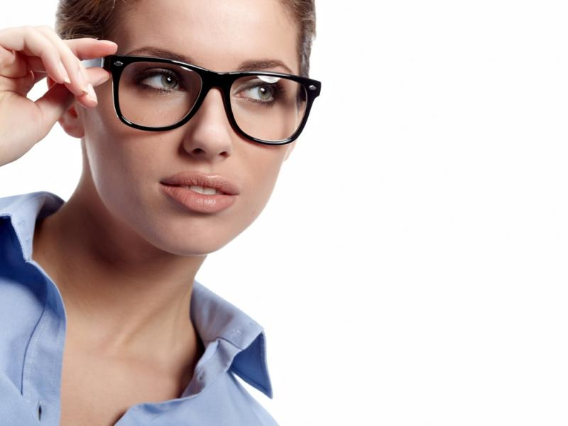 Czy wiesz jak zrobić makijaż pod okulary?