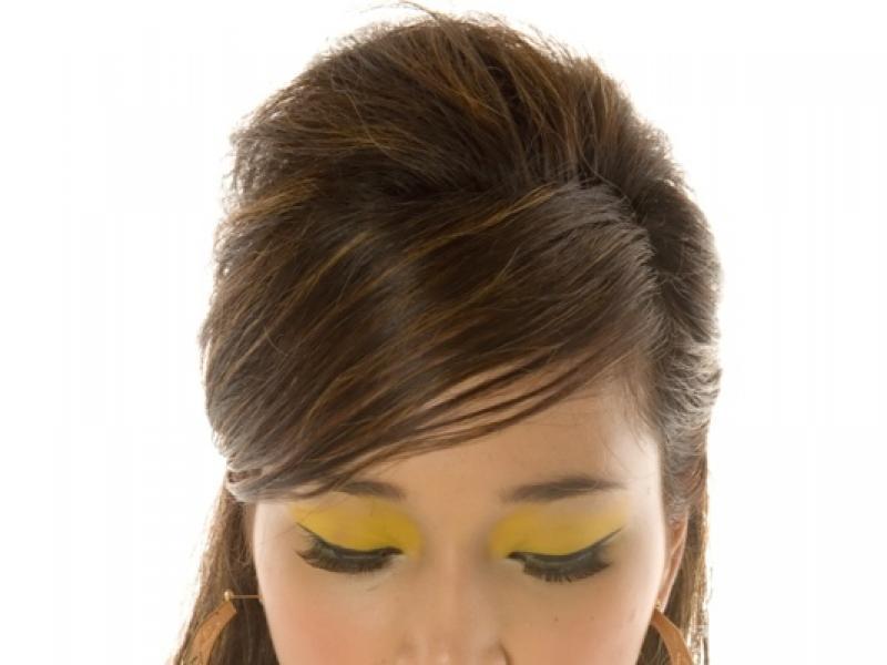 Czy wiesz jak zrobić świeży makijaż oka dla brunetki?