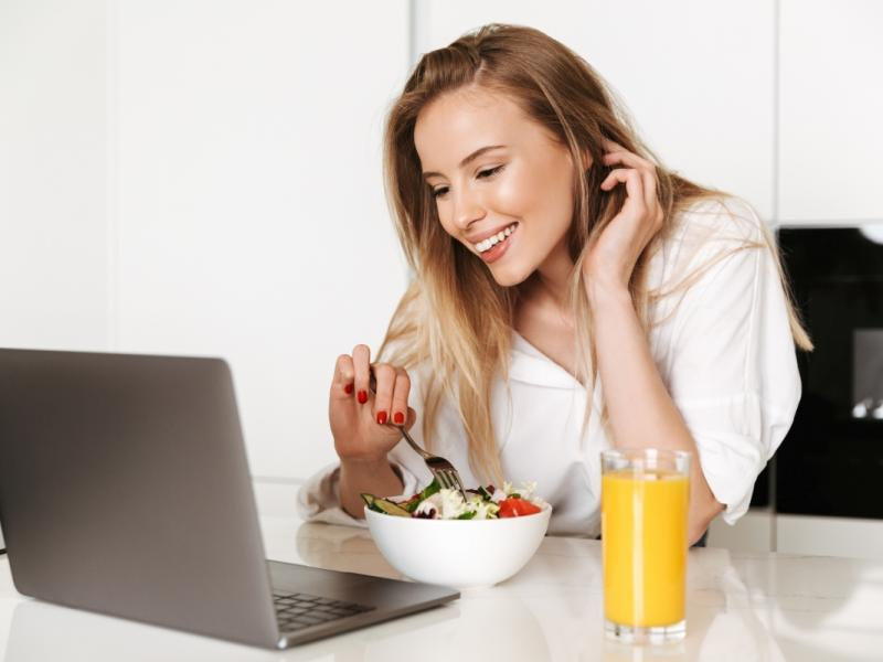 Kobieta na diecie odchudzającej szuka jadłospisu w internecie.