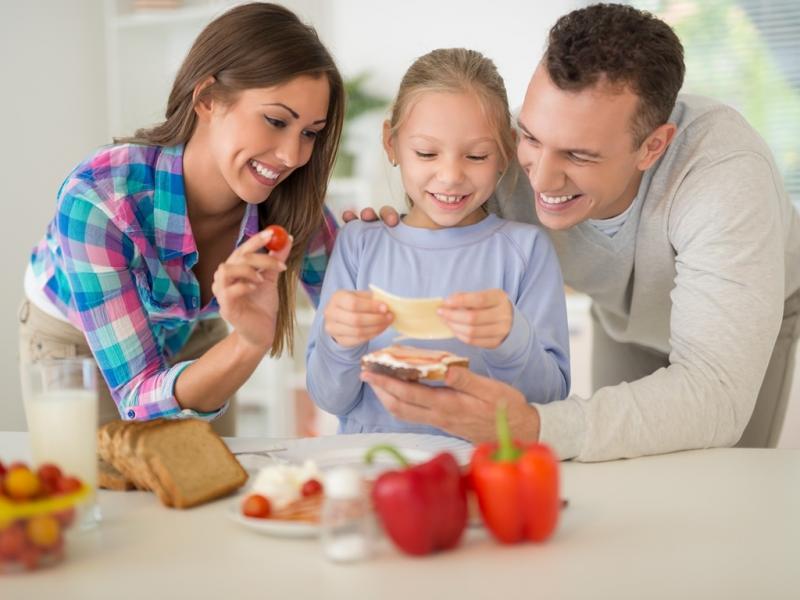 rodzina w kuchni wspólny posiłek