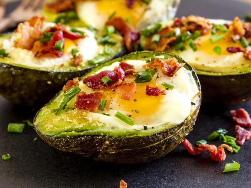 dieta keto przepis - jajka w awokado