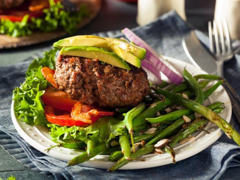 Dieta paleo - przepis na hamburgera z warzywami