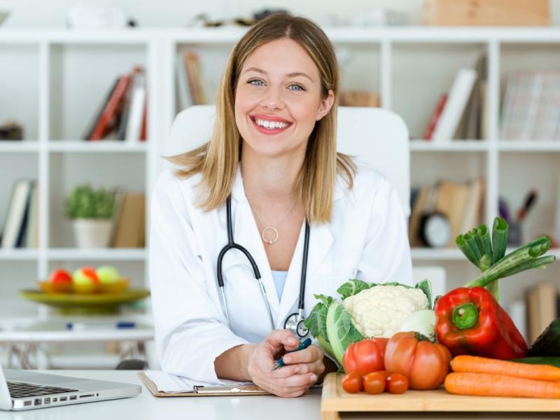Doświadczony dietetyk planuje dietę odchudzającą