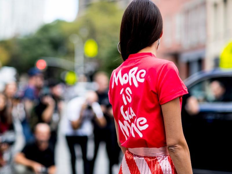 Gładkie T-shirty to przeszłość! Najmodniejsze mają napisy i demonstracyjne hasła. Ceny od 29,90 zł