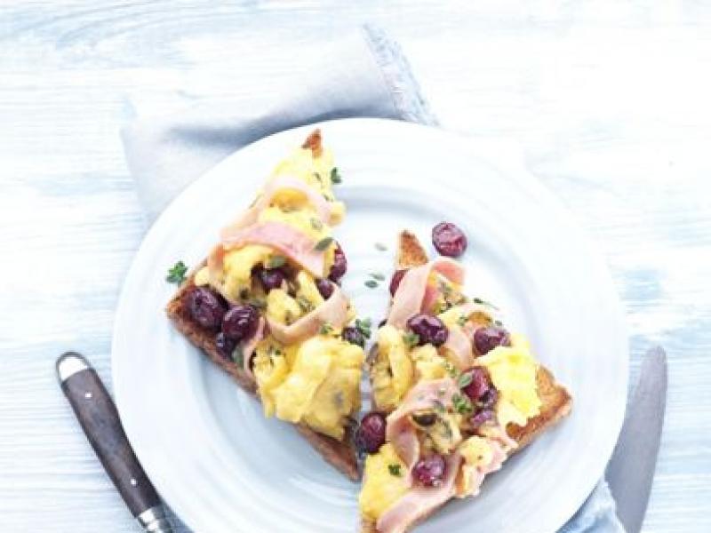 Śniadanie – jajecznica z szynką i żurawiną amerykańską/fot. Cranberry Marketing Committee