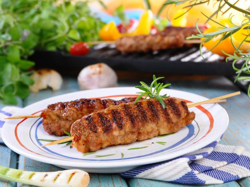 Grillowany kebab na patyku