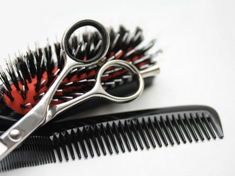 Grzebień czy szczotka do włosów – co lepsze?