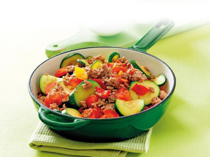 Gulasz z cukinią, marchewką, cebulą i pomidorami