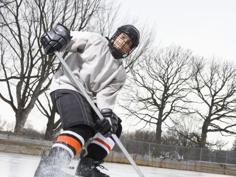 Gra w hokeja pozwala utrzymać dobrą kondycję, ale prowadzi też do urazów/fot. Fotolia