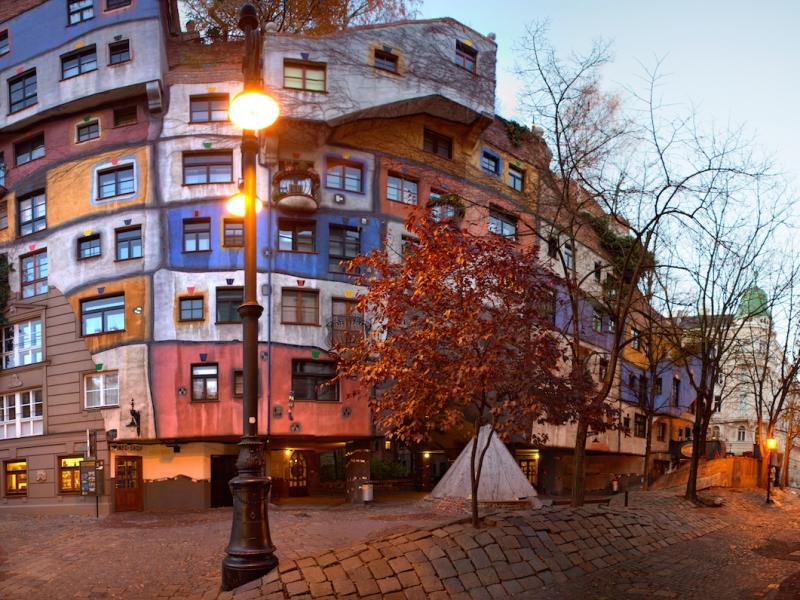 Hundertwasserhaus – falujący dom z ogrodem na dachu