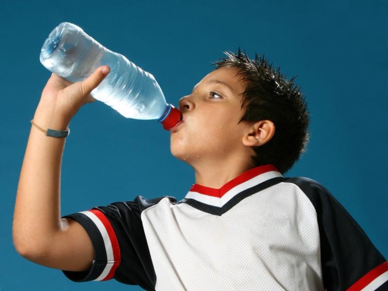Polacy nie zwracają uwagi na to ile piją ich dzieci/ fot. Fotolia