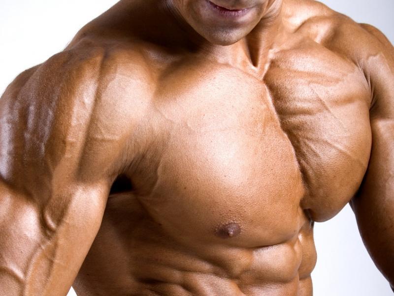 Implanty mięśni piersiowych – kulturysta w godzinę?