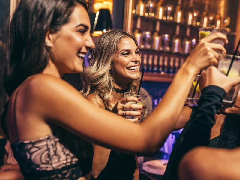 Kobiety wznoszące toast na imprezie
