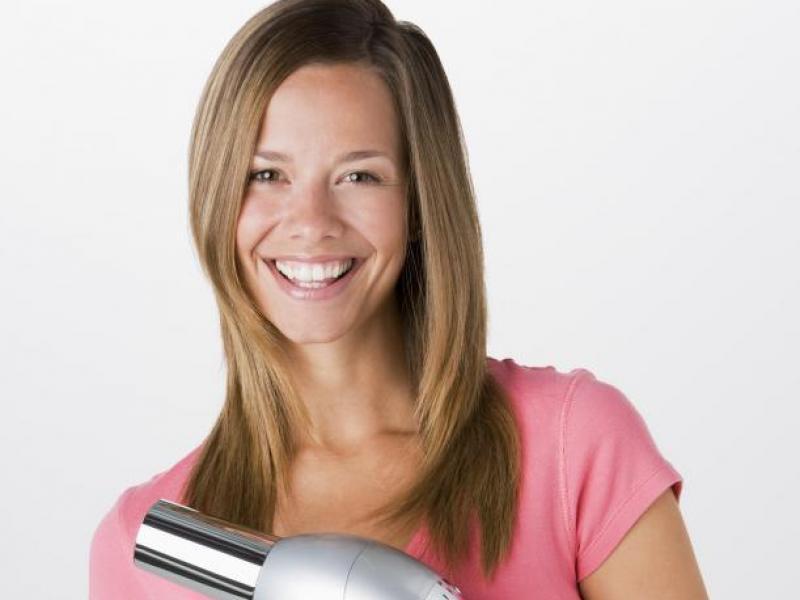 Jak bezpiecznie suszyć włosy