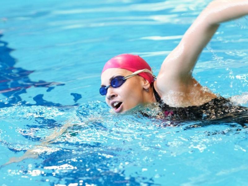 Jak dbać o włosy po basenie?