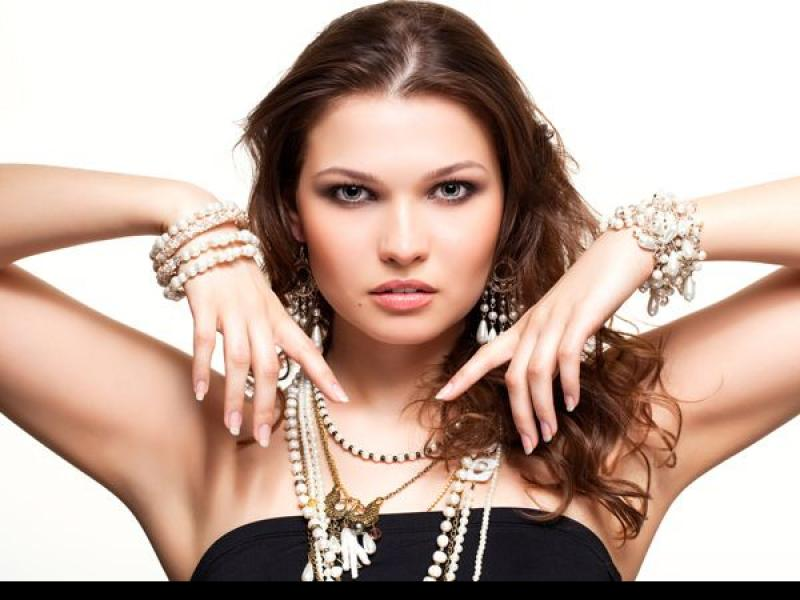 Jak dobrać biżuterię do typu dekoltu?
