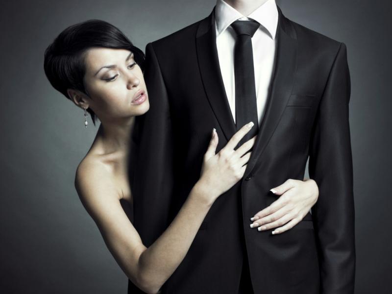 Krawat jest męskim odpowiednikiem damskiej torebki, za pomocą którego można łatwo podkreślić swój styl, szyk i elegancję, ale także poprzez nieumiejętny dobór szybko zrujnować swój misternie budowany wizerunek.
