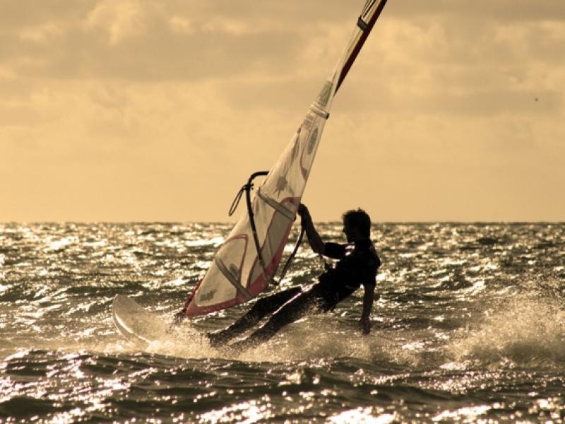 """Wybór masztu do windsurfingu, choć nie jest tak skomplikowany, jak wybór deski czy żagla (nie ma potrzeby sięgać po złożone """"algorytmy"""" jego doboru) wymaga zastanowienia i odrobiny wiedzy."""