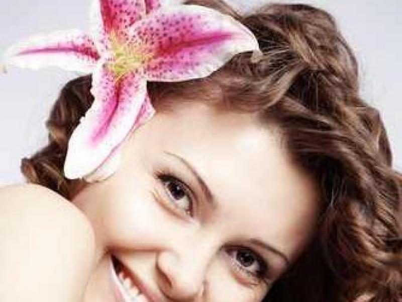 Jak modnie wpiąć kwiaty we włosy?