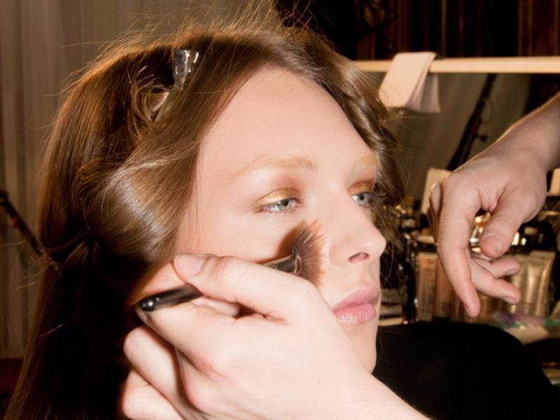 Jak nakładać podkład pędzlem - makijażysta radzi