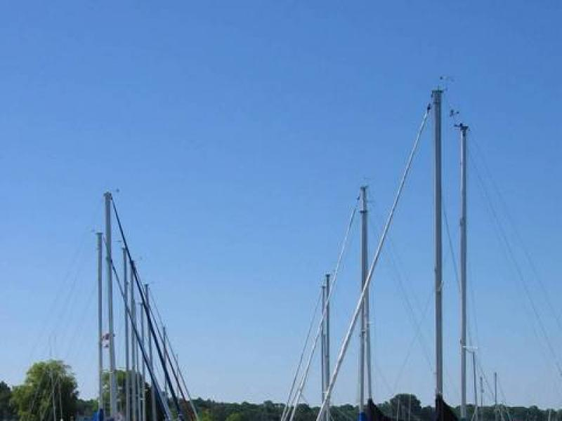Zanim zaczniemy płynąć, trzeba jednak naszą łódkę ruszyć z miejsca. Dla przeciętnej jednostki potrzeba ok. 2 dł. jachtu, aby się rozpędzić.