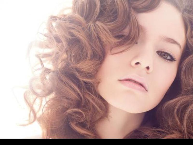 Nie ma chyba bardziej kobiecej fryzury niż burza loków. /fot. Loreal