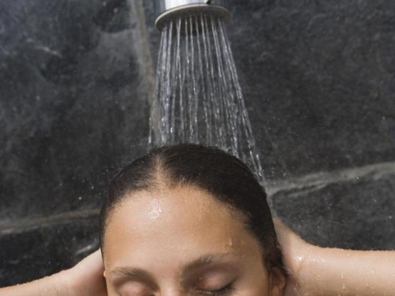 Jak prawidłowo płukać włosy
