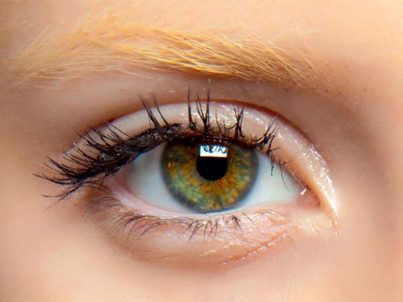 Jak prawidłowo zmyć makijaż z oczu